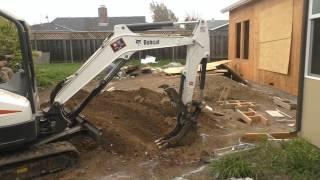 США 2477: В семь утра прибыл небольшой экскаватор и начал копать траншею