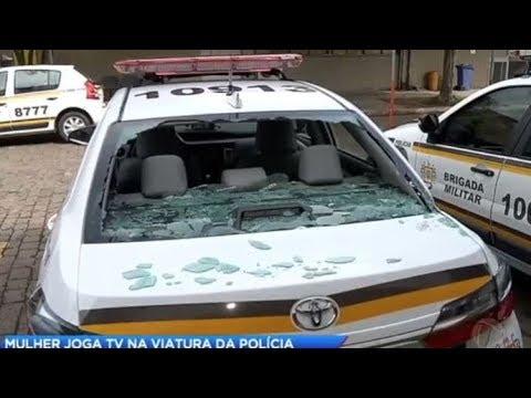 Mulher arremessa TV na viatura da polícia após briga com o marido