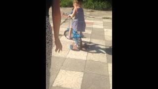 Первые уроки езды на велосипеде.