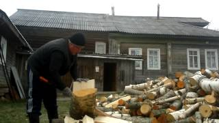 колем дрова колуном fiskars x25