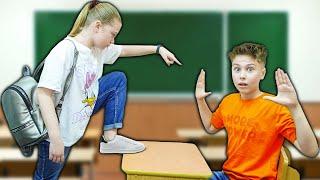 Дочь ДИРЕКТРИСЫ НОВЕНЬКАЯ в классе Школа мальчиков VS школа девочек
