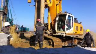 Процесс бурения и бетонирования буронабивной сваи при помощи буровой установки BAUER BG24H.