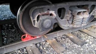 Закрепление одного вагона двумя башмаками с накатом. Securing one railway car with two brake shoes.