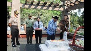 Video Tabur Bunga di Makam Ade Irma Suryani Nasution - Senin 2 Oktober 2017 download MP3, 3GP, MP4, WEBM, AVI, FLV Agustus 2018