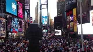 Times Square.NYC.Вид на Таймс Сквер с рубиновой лестницы.Нью-Йорк. 5 авеню(Таймс Сквер - это одна из самых оживленных улиц Нью-Йорка.Круглосуточно здесь кипит жизнь.Туристы обязатель..., 2013-09-09T03:06:10.000Z)