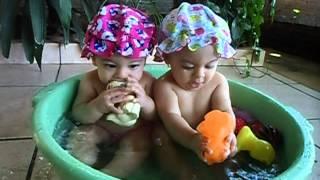 Manu e Ísis tomando banho de bacia