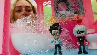 Spielzeugvideo für Kinder. Die PJ Masks besuchen Nicoles Hotel