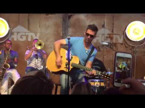 Jake Owen sings 'Good Company' live with full band (horn section)