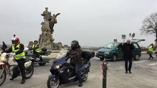 Gilets jaunes devant la statue Carnot
