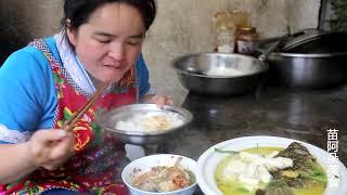 苗大姐二条河鱼,一块豆腐,一碗辣椒,鱼头嚼碎拌米饭,刷刷吞
