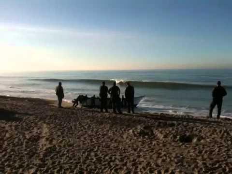 Border runners abandon boat on beach