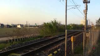 笹ヶ瀬川周辺の踏切を通過の児島行き吉備の国おこし号列車
