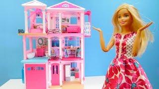 Spielspaß mit Puppen. Wir packen Barbies Haus aus. Kindervideo