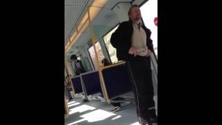 Meget glad mand i toget