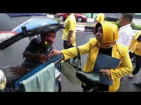 Usai Serahkan Berkas ke KPU, DPD Partai Golkar Kapuas Bagi-bagi Bunga