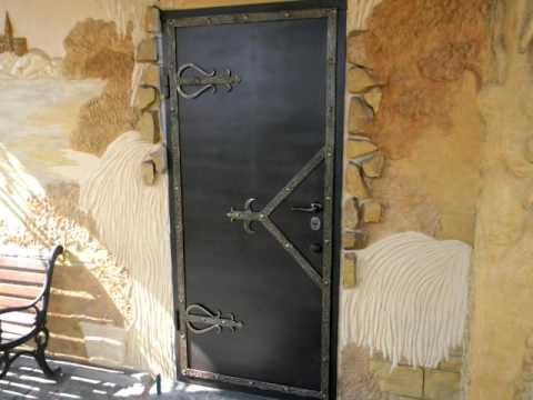 Входные металлические двери стилизация под старину ковка петли, ручки, накладки