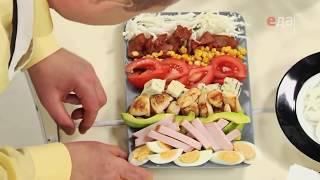 Подача (сервировка) кобб-салата от шеф-повара /  Илья Лазерсон / Обед безбрачия / американская кухня