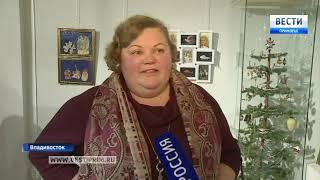 Смотреть видео Рождественская выставка открылась в Приморском отделении Союза художников РФ онлайн