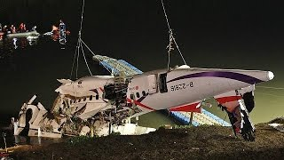 حصيلة قتلى حادث سقوط طائرة الركاب التايوانية ترتفع الى 22 شخصا