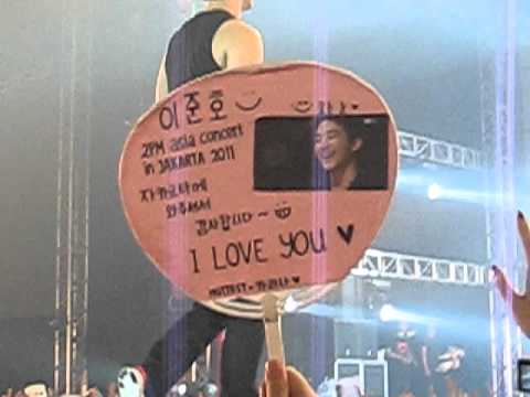 11.11.11 2PM JKT Taecyeon & Chansung Rip their shirt