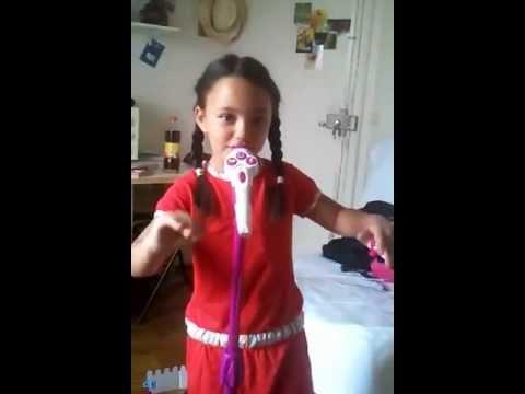 Clara chante : elle danse sexy