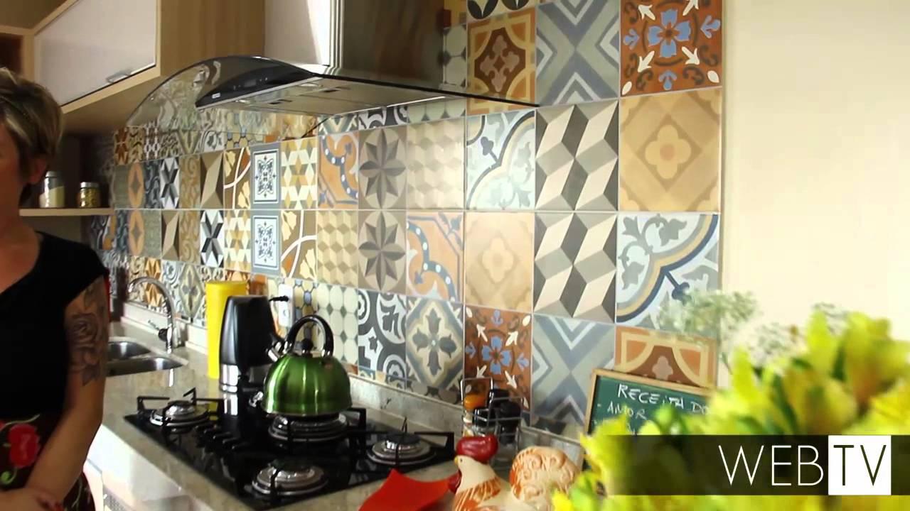 Cozinha ganha ar despojado com ladrilhos coloridos  YouTube