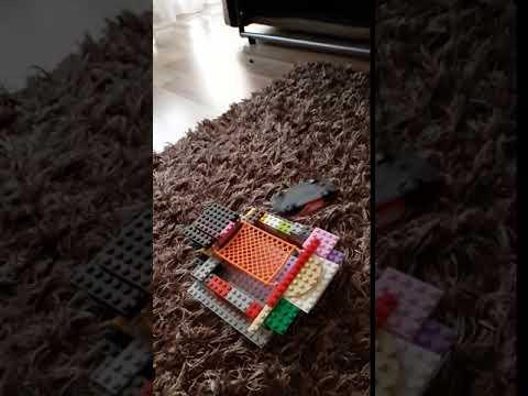 Honda минивен падает на самодельный батут из Lego