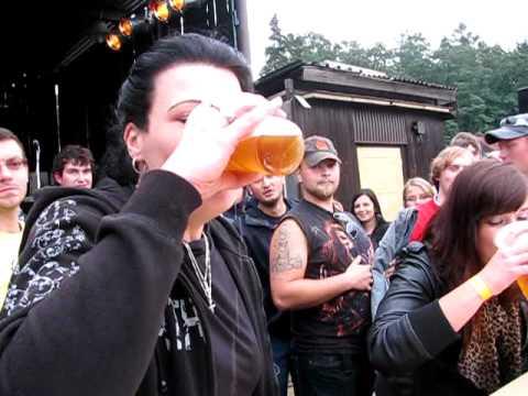 Pivní slavnosti Lužkovice III ročník pití piva na čas ženy-30.07.2011