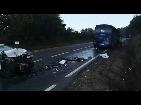 Herido leve el conductor de un coche que chocó contra un autobús escolar en Silleda