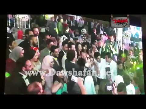 """حسام حسني يغني """"كل البنات بتحبك""""في زفاف """"أوس أوس"""""""