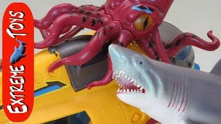 Bathtub Submarine Adventure! What Sea Animal Toys are in the Tub? thumbnail