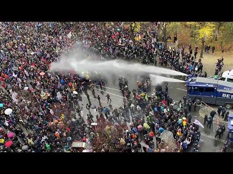 В столице Германии пришлось разгонять противников карантина водометами и перцовым газом.