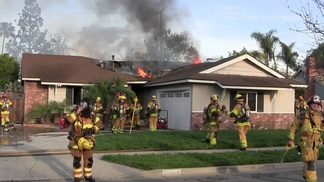 Working House Fire With Roof Collapse Youtube