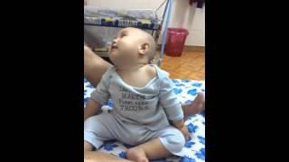 Em bé 10 tháng tuổi cười nghiêng ngả ấn tượng !!!!!