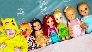 Алекс и Настя играют с куклами под детскую песенку В кровати 10 малышей