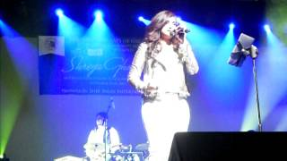 Shreya Ghoshal singing Yeh Zindagi usi ki Hai in New York
