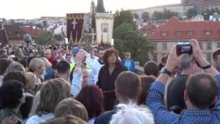 Navalis 2015 - Procesí na Karlův most a čekání na něj