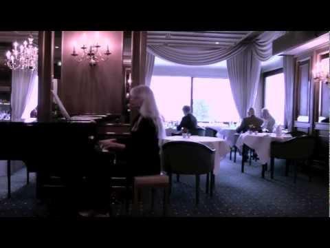 Olinka am Klavier-Flügel Maritim