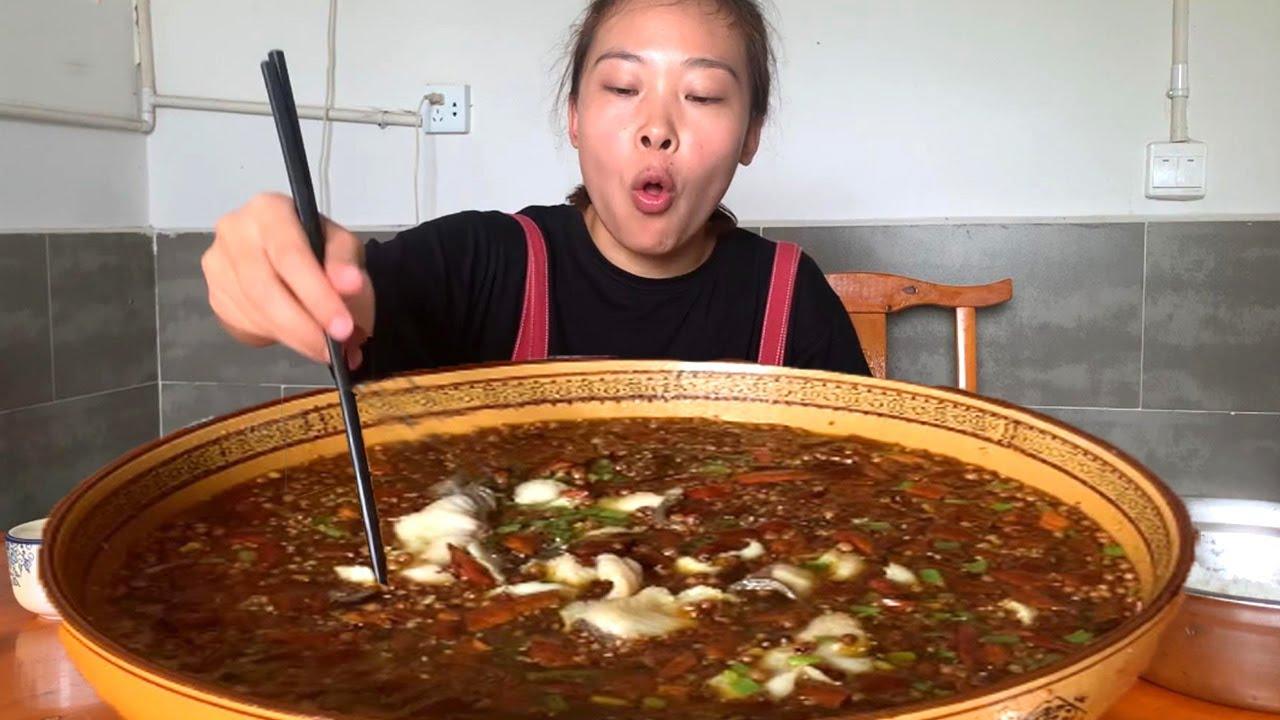 """秋妹下館子吃""""麻辣魚"""",魚肉滑嫩爽口,老闆娘直接給上了一盆米飯! 【顏美食】"""