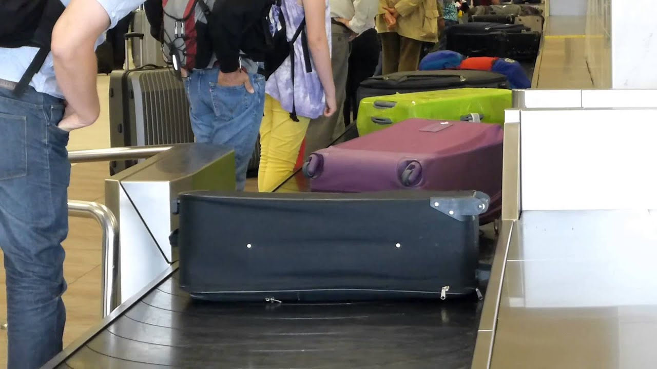 Ejecutiva De Viajar Personas En El Aeropuerto De: #7581, Personas Recogiendo Sus Maletas En El Aeropuerto