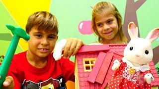 Видео для детей. Ремонтируем крышу дома - Дети играют!