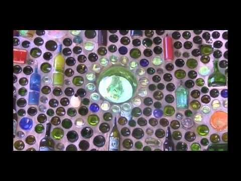 видео: Дом из стеклянных бутылок