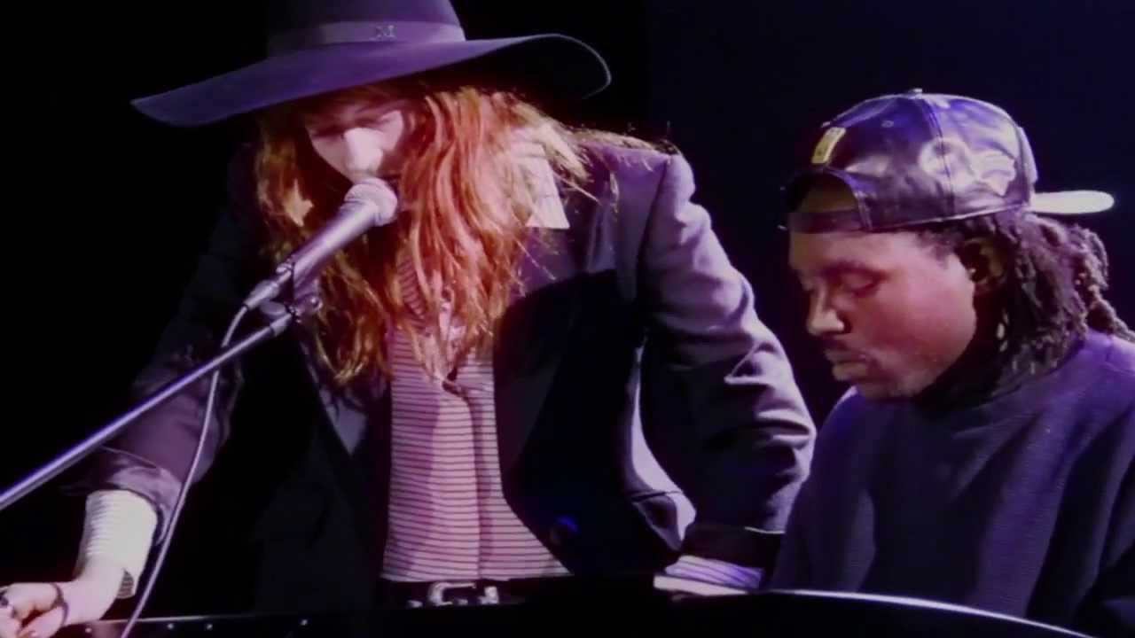 "Florence Welch & Dev Hynes Cover Icona Pop's ""I Love It"" at HRC Benefit"
