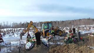 Трактор выкопал могилы