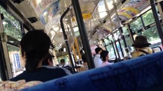 バスの車内で車いすのお年寄りと運転士に暴言を吐く人