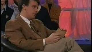 moderator lacht sich in holländischer talkshow einen ast ab