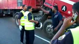 Polis Bantuan vs Lorry Driver [HD]