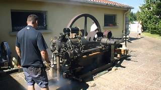démarrage à la main d'un ancien moteur fixe de marque Winterthur