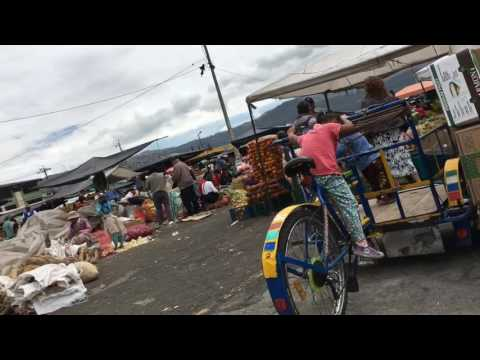 De compra en un mercado popular en Quito Norte