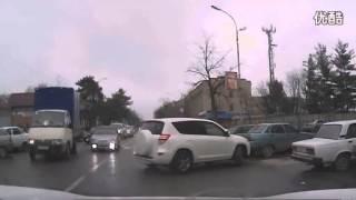 实拍俄罗斯女司机倒车!从停车位把车开走真心太难